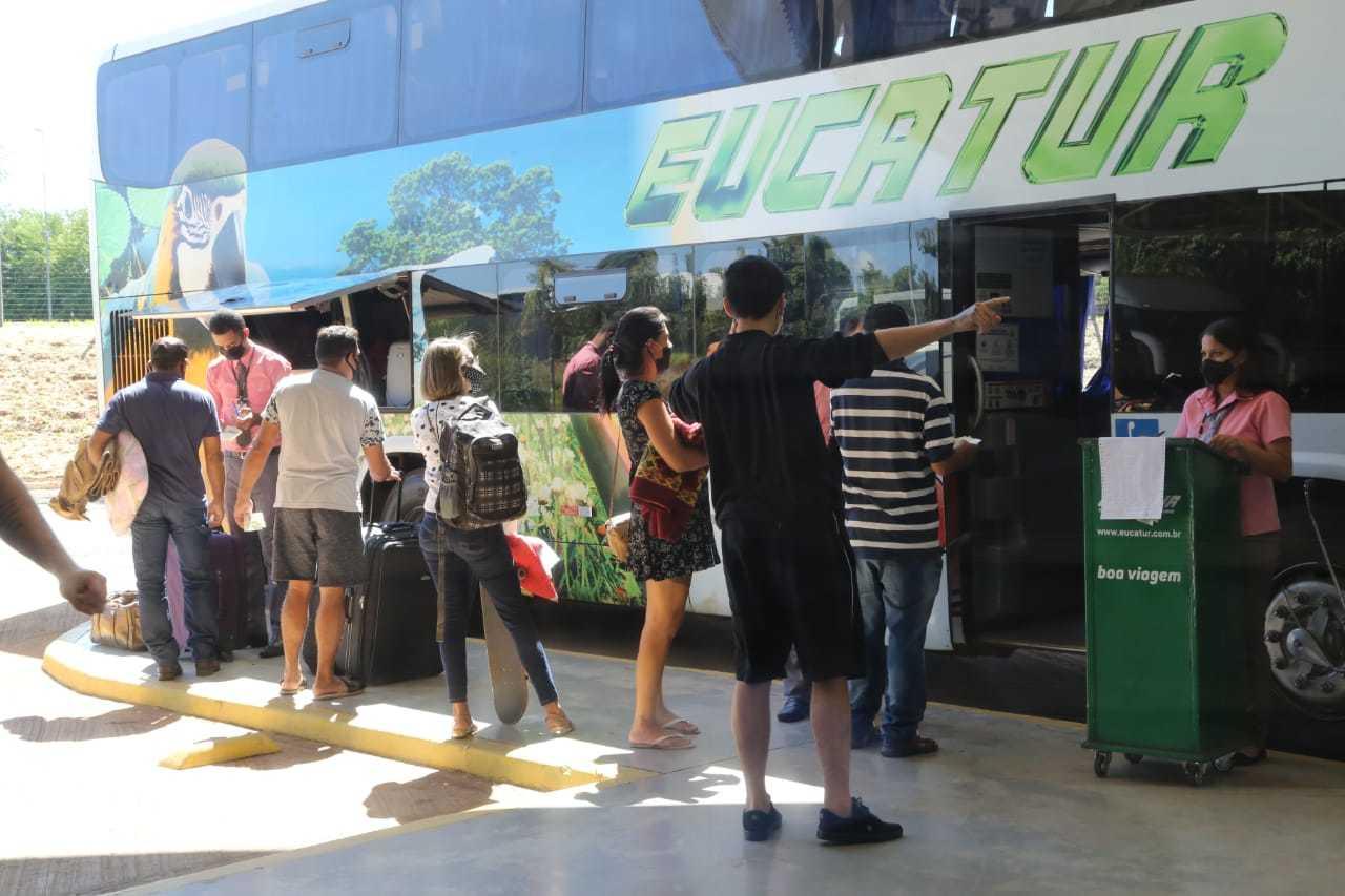 Passageiros se preparavam para embarcar em ônibus no terminal (Foto: Kisie Ainoã)