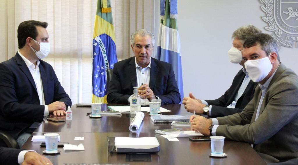 Governador Ratinho Junior (PSD) durante encontro com o governador Reinaldo Azambuja (PSDB) e os secretários de Estado Jaime Verruk (Semagro) e Eduardo Riedel (Seinfra) na manhã de hoje (Foto Divulgação)