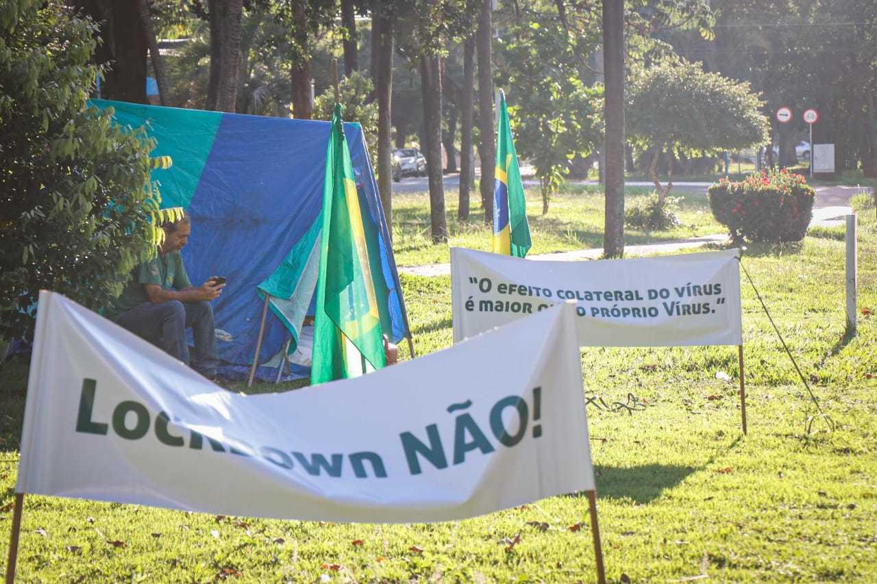 Protesto ao fechamento da cidade está em frente à prefeitura (Foto: Henrique Kawamani)