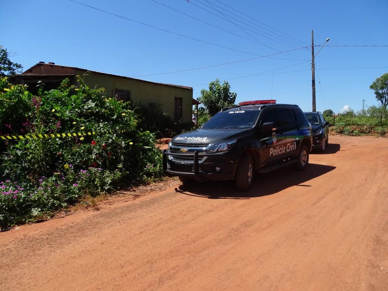 Viatura em frente ao local onde comerciante foi encontrado morto, na manhã desta segunda-feira (Foto: Sidney Assis)