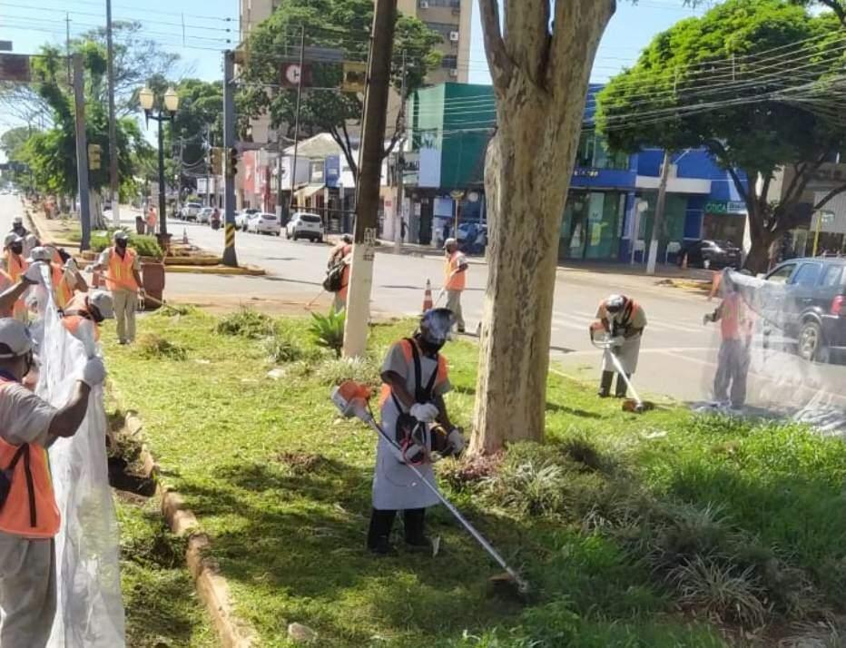 Equipes de empresa terceirizada cortam mato em canteiro da Marcelino (Foto: Divulgação)