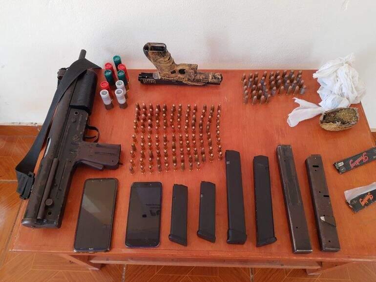 Armas, carregadores e munições encontrados com brasileiros (Foto: Divulgação)