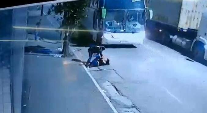 Um dos suspeitos derruba a policial e tenta tomar sua arma (Foto: divulgação/ Agência Record)
