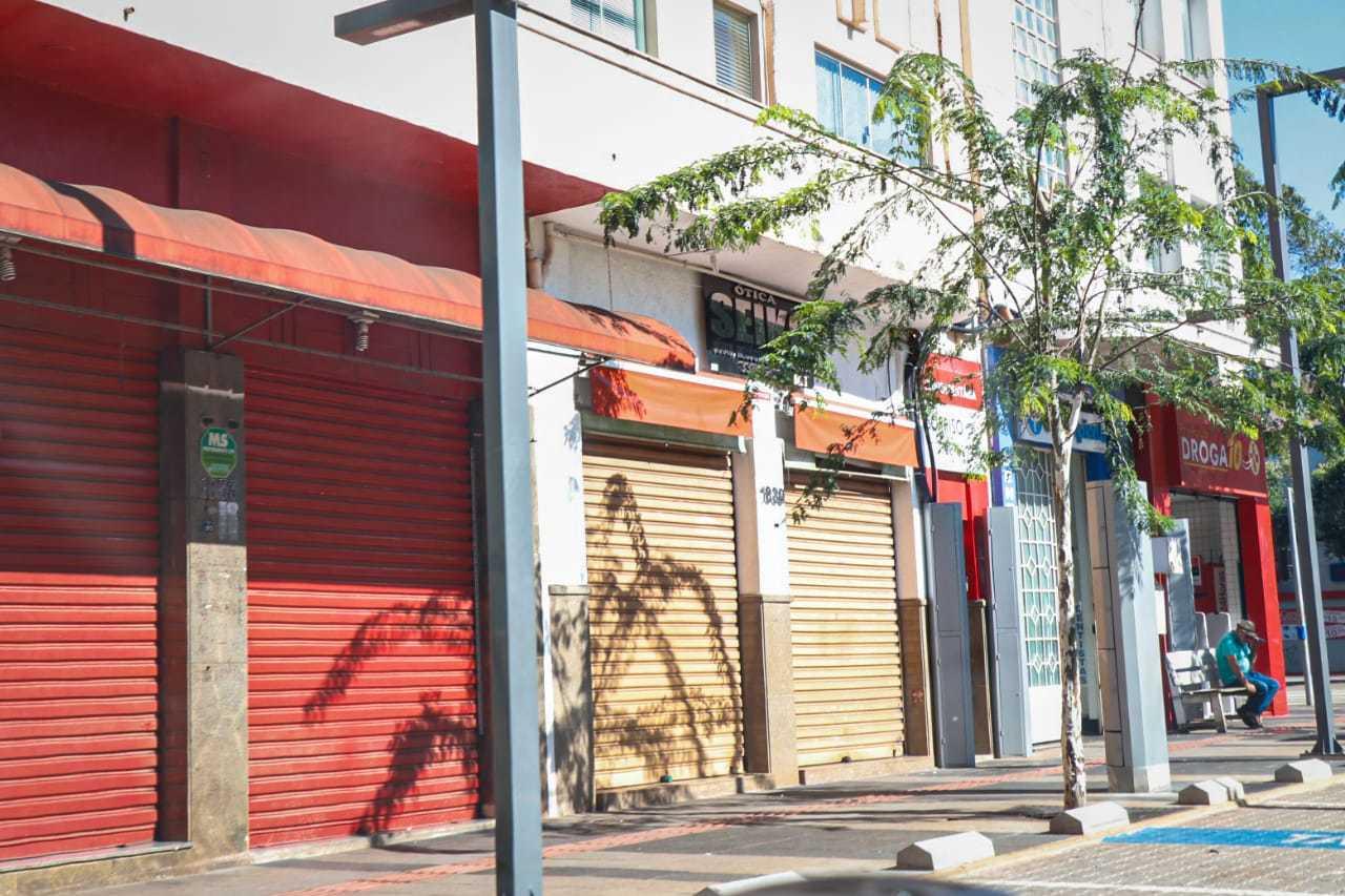 Lojas fechadas no Centro de Campo Grande, por conta das restrições na Capital. (Foto: Henrique Kawaminami)