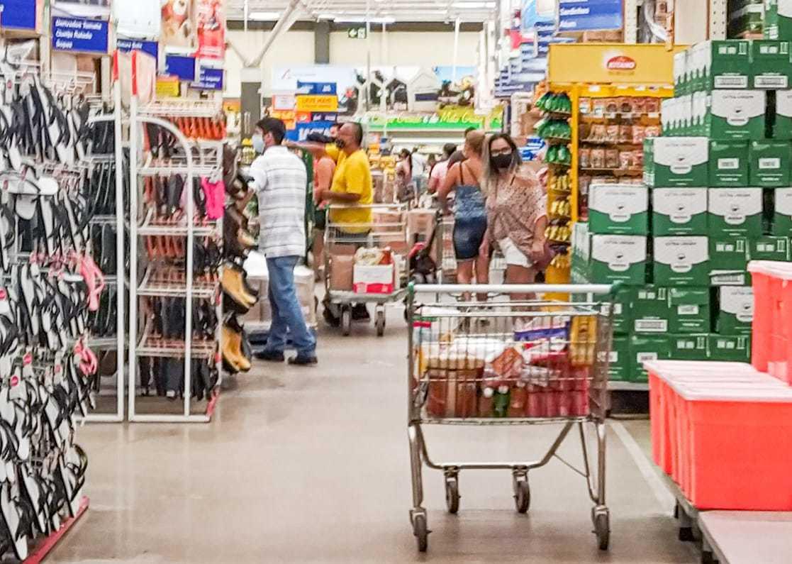 Supermercados querem autorização para escapar do toque de recolher às 20h. (Foto: Henrique Kawaminami)