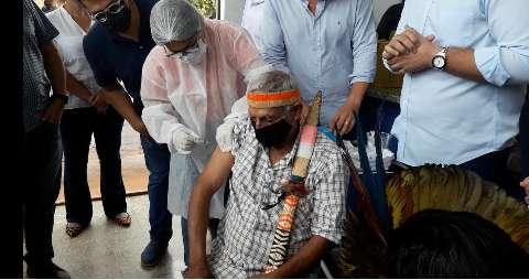 Saúde alega recusa de indígenas em se vacinar e doses serão remanejadas