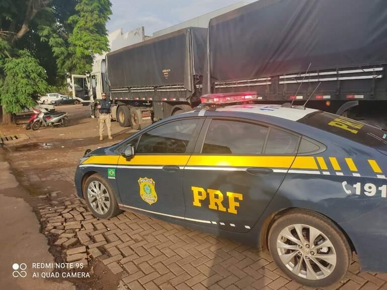 Viatura da PRF ao lado da carreta onde foi encontrado o contrabando. (Foto: PRF)