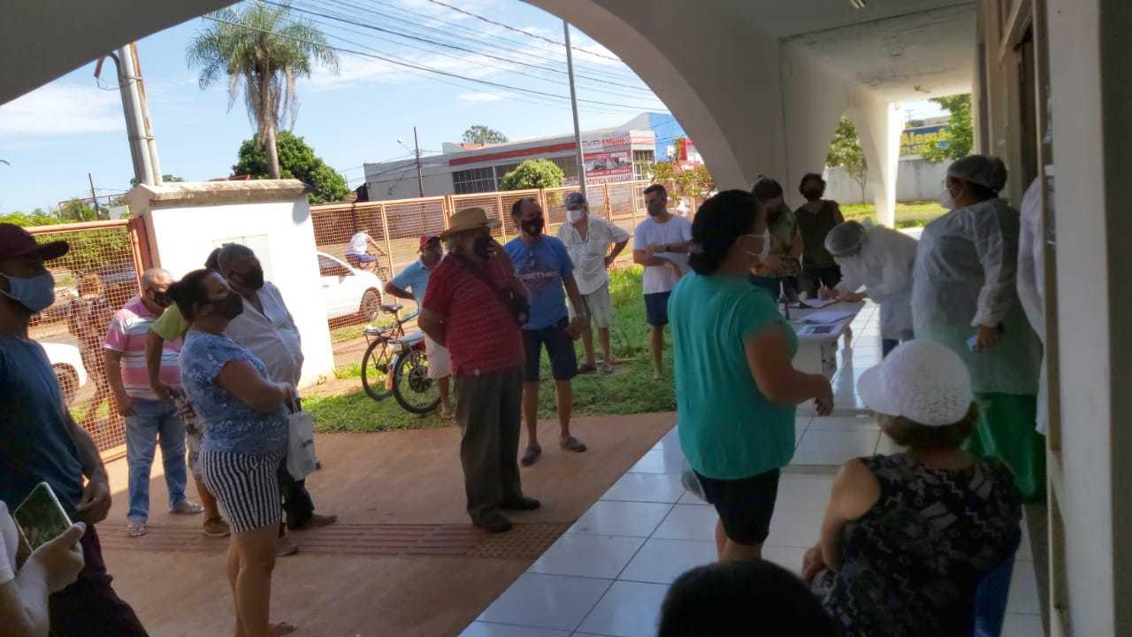 Na USF Jardim Batistão, acompanhantes, casos suspeitos e chegada de idosos no mesmo local, sem separação (Foto: Direto das Ruas)