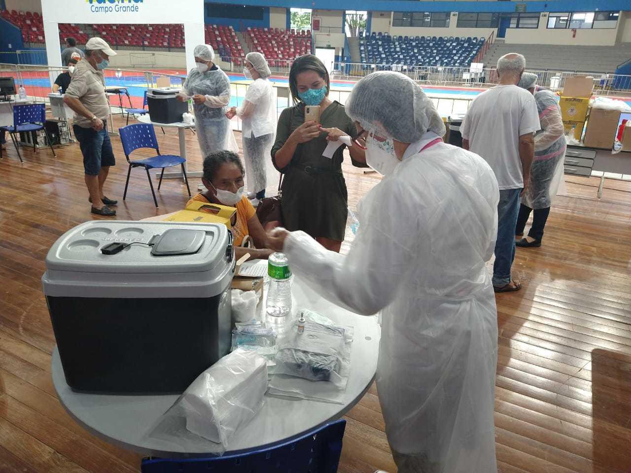 Posto de vacinação que começou a funcionar ontem no Guanandizão, em Campo Grande. (Foto: Ana Paula Chuva)