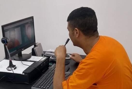 Preso durante visita virtual em presídio de Campo Grande. (Foto: Agepen)