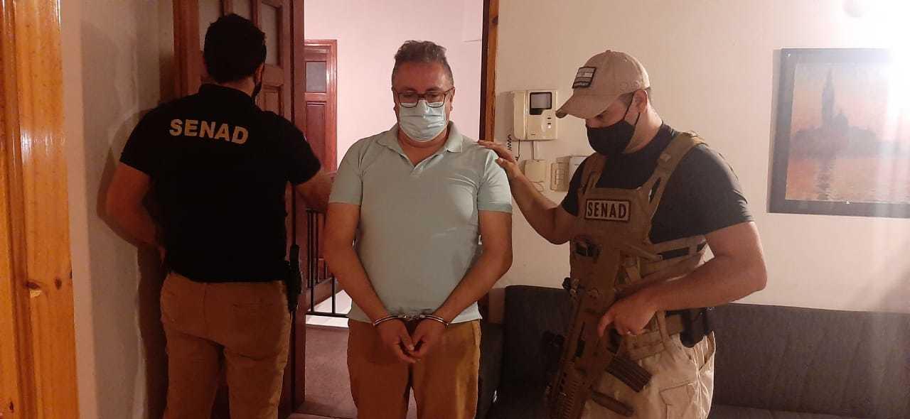 Ronier Sánchez entre dois policiais da Senad. (Foto: Direto das Ruas)