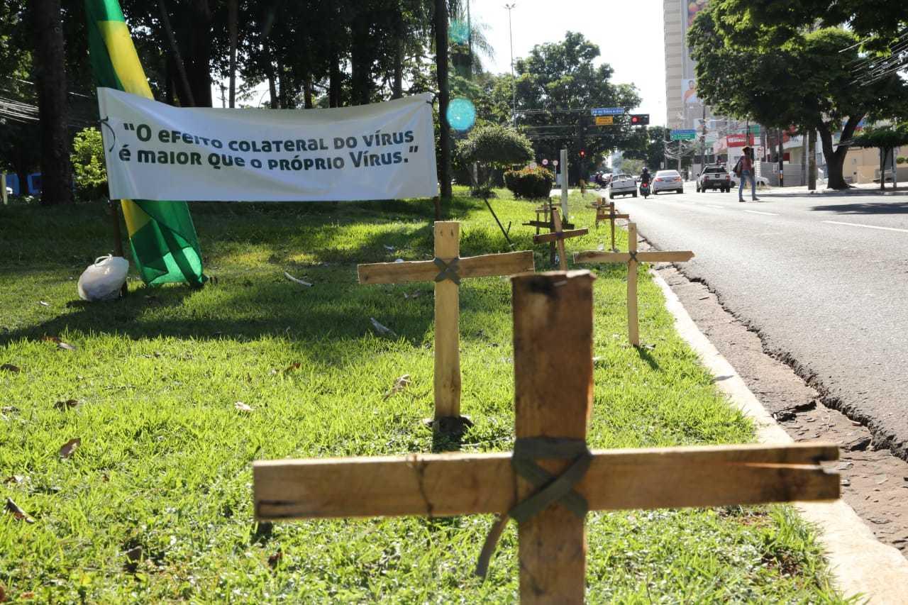 Cruzes foram fincadas no canteiro central da Avenida Afonso Pena. (Foto: Kísie Ainoã)