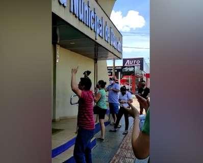 """No 1º dia de """"fecha tudo"""", Geraldo é recebido com protesto por comerciantes"""