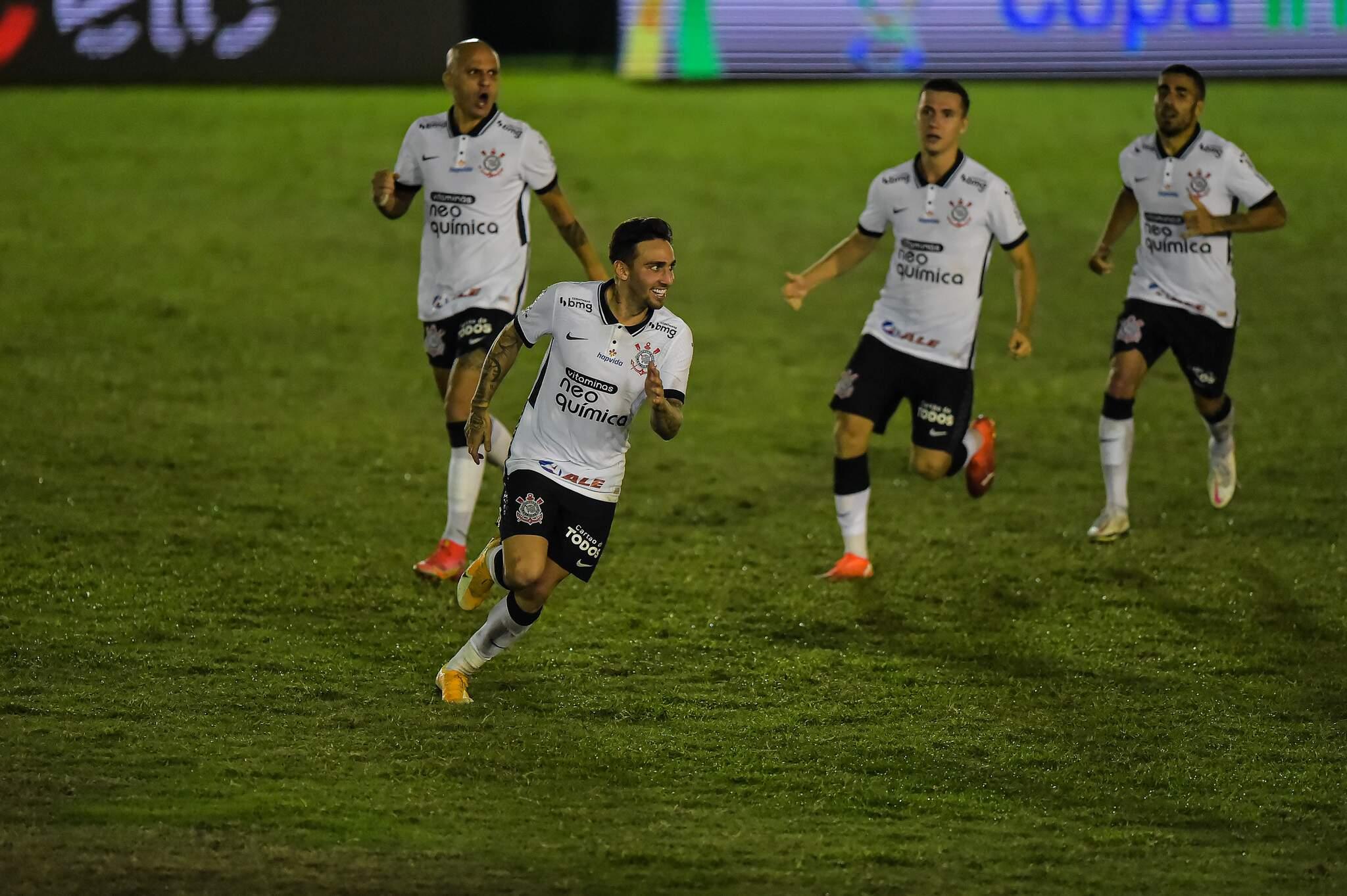 Jogadores do Corinthians comemoram vitória por penaltis em decisão durante partida contra o Retrô no estádio Elcyr Resende de Mendonça pelo campeonato Copa do Brasil 2021. (Foto: Estadão Conteúdo)