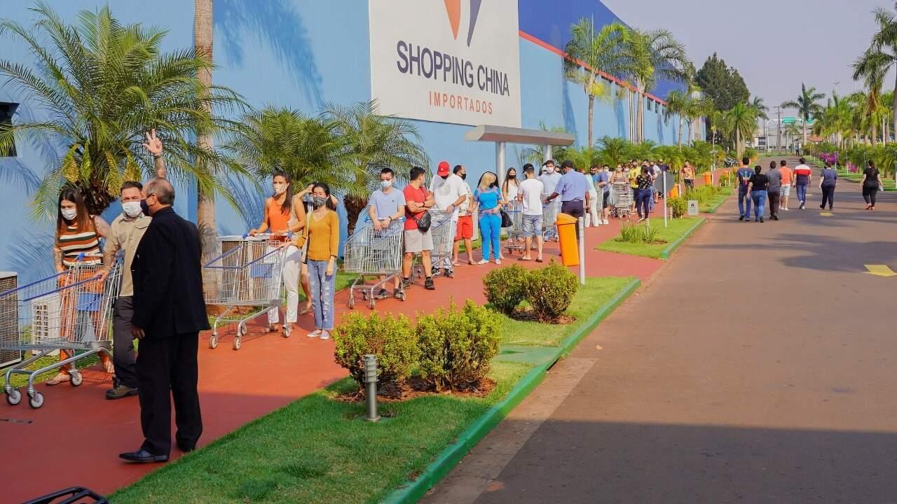 Clientes fazem fila na reabertura do Shopping China, em outubro (Foto: Divulgação)