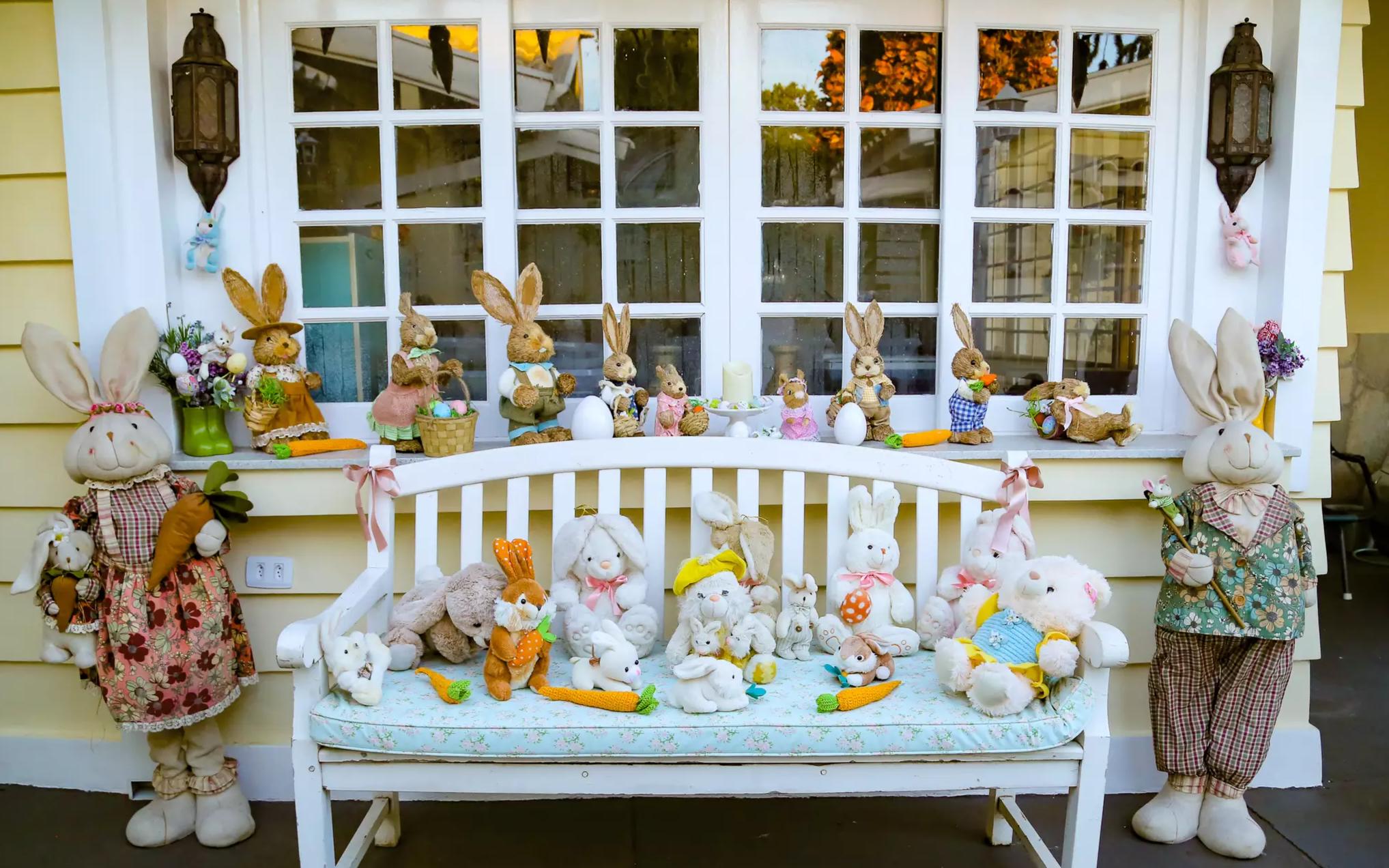Na decoração, coelhinhos de tudo que é tamanho fazem parte da montagem realizada pelo casal (Foto: Kísie Ainoã)