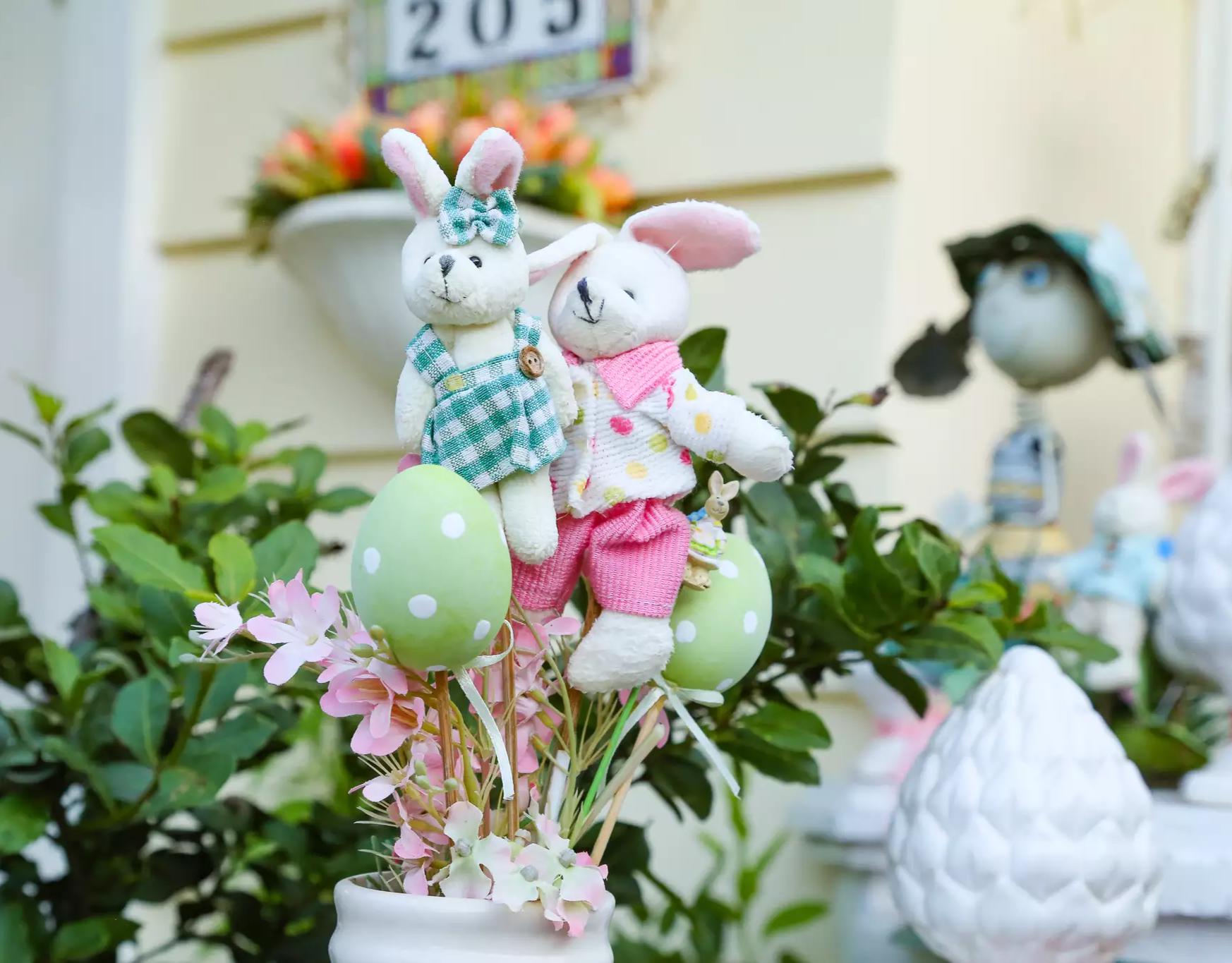 Vasos foram decorados com ovos falsos e sortidos, além de bonequinhos coloridos (Foto: Kísie Ainoã)