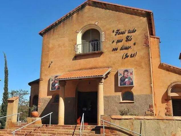 Entrada da igreja católica Nossa Senhora do Perpétuo Socorro. (Foto: Arquivo/CGnews)