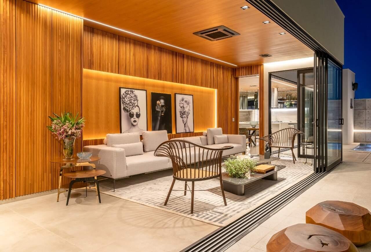 Sala que dá acesso a piscina harmoniza elementos rústicos e contemporâneos. (Foto: Janaina Lott)