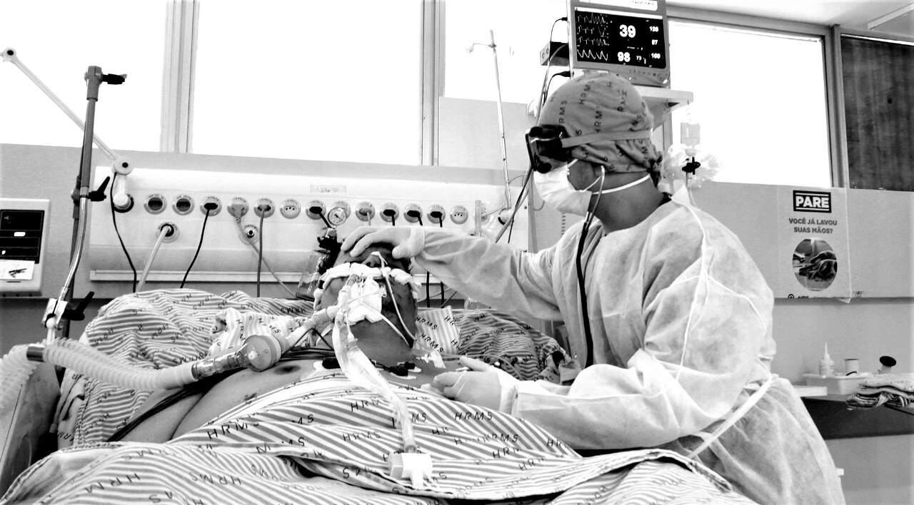 Vítima da covid-19 é atendida em leito de terapia intensiva no Hospital Regional (Foto: Saul Scharmm/Governo estadual)