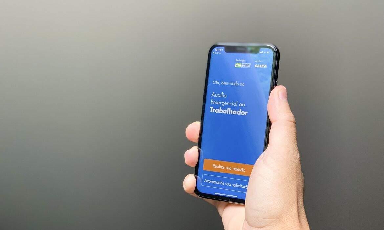 Usuário segurando celular com o aplicativo da Caixa aberto. (Foto: Leonardo Sá/AgênciaSenado)