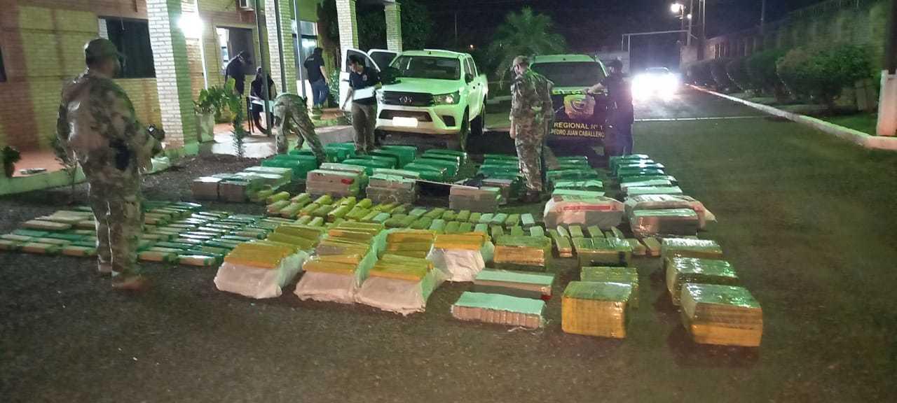 Tabletes de maconha encontrados pelos policiais na residência.; (Foto: Senad)