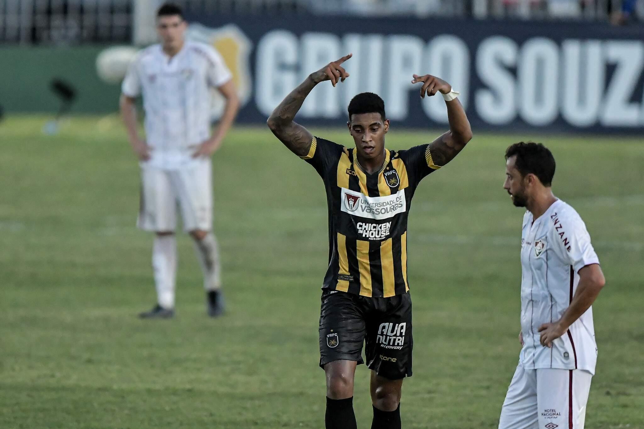 Alef Manga jogador do Volta Redonda comemora seu gol durante partida contra o Fluminense no estádio Elcyr Resende de Mendonça pelo campeonato Carioca 2021. (Foto: Estadão Conteúdo)