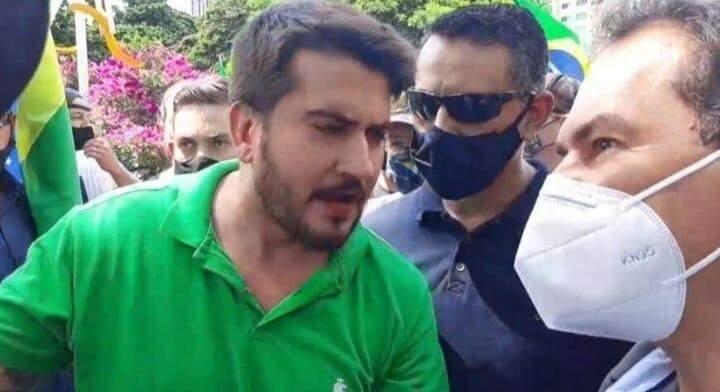 Rafael Tavares, sem máscara, durante protesto na prefeitura da prefeitura de Campo Grande. (Foto: Reprodução de vídeo)