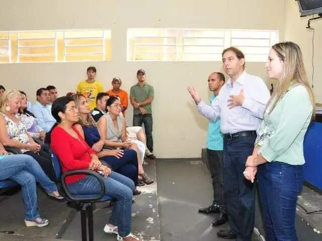 Thaís Helena, de camisa verde claro, quando assumiu secretaria na gestão do ex-prefeito Alcides Bernal (PP), ao lado dela na imagem. (Foto: Arquivo Campo Grande News)