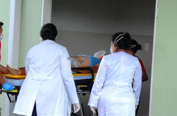Motorista foi levado para o Pronto Socorro Municipal. (Foto: Tiago Apolinário/Da Hora Bataguassu)