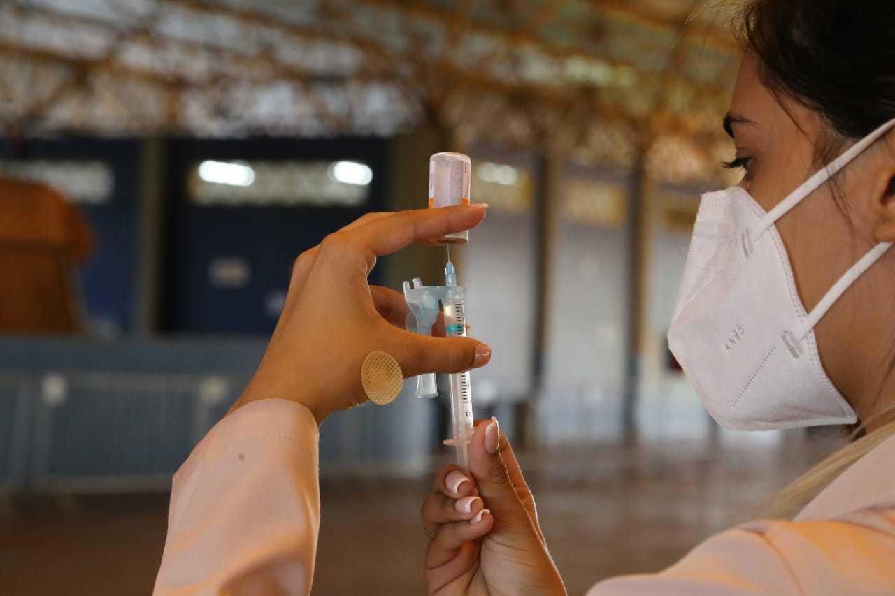 Enfermeira preparando dose da coronavac para ser aplicada em Campo Grande. (Foto: Kísie Ainoã)