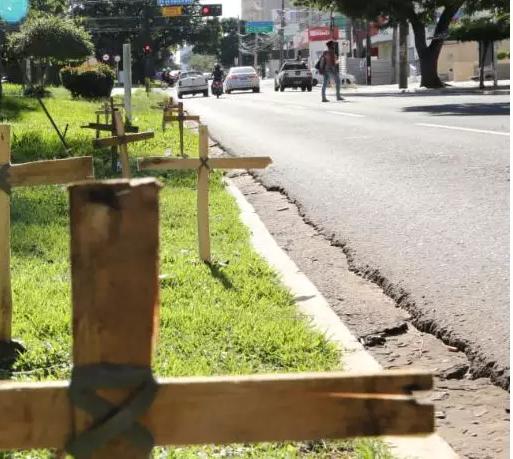 Na Afonso Pena, comerciantes colocaram cruzes para protestar diante das medidas contra a covid (Foto: Henrique Kawaminami)