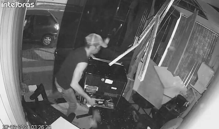 Flagrante do bandido furtando o frigobar do estabelecimento (Foto: Reprodução)