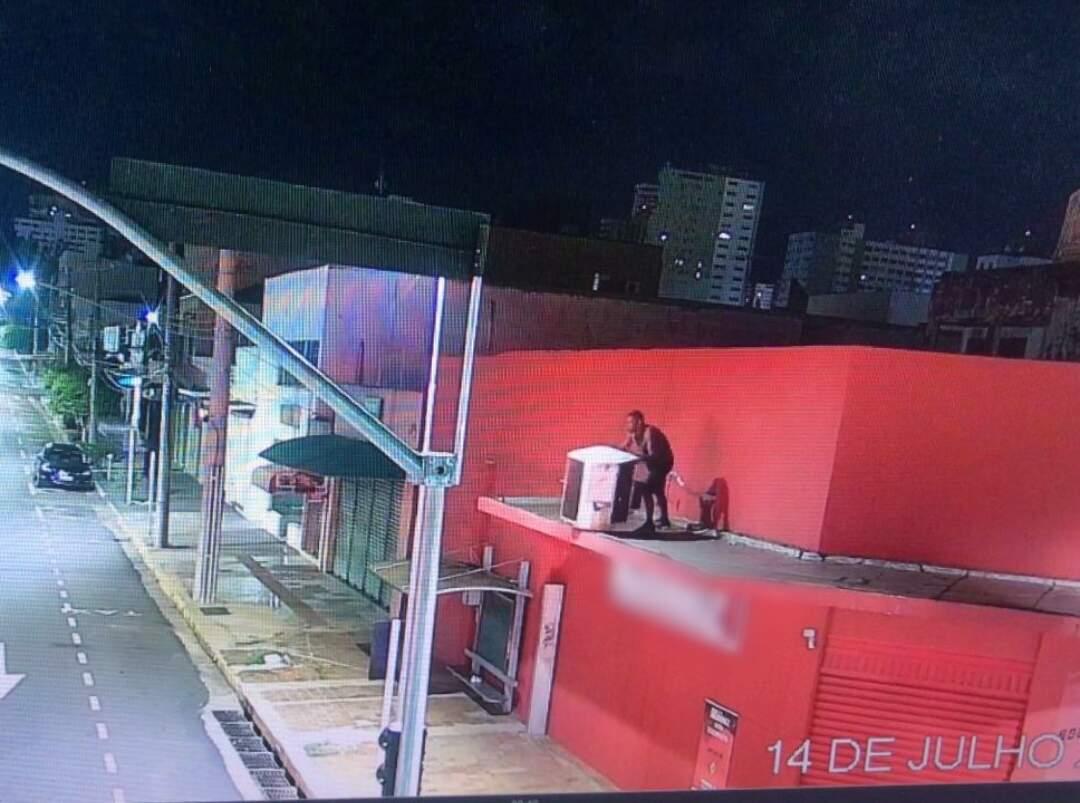 Na marquise, homem furta equipamento e é flagrado pelas câmeras (Foto/Reprodução)