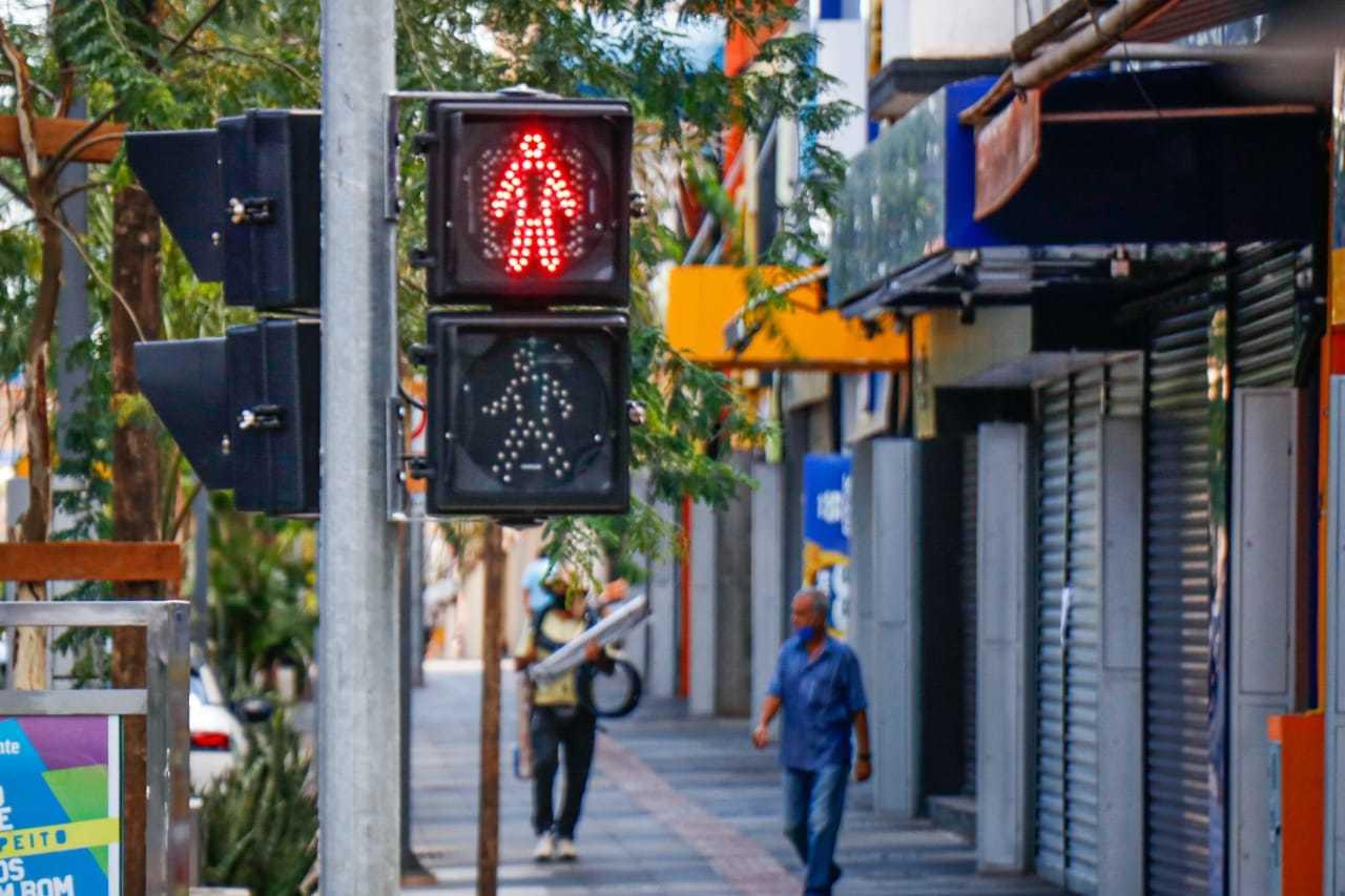 Sinal vermelho para a circulação de pessoas das 16h às 5h, segundo o decreto estadual. (Foto: Henrique Kawaminami)