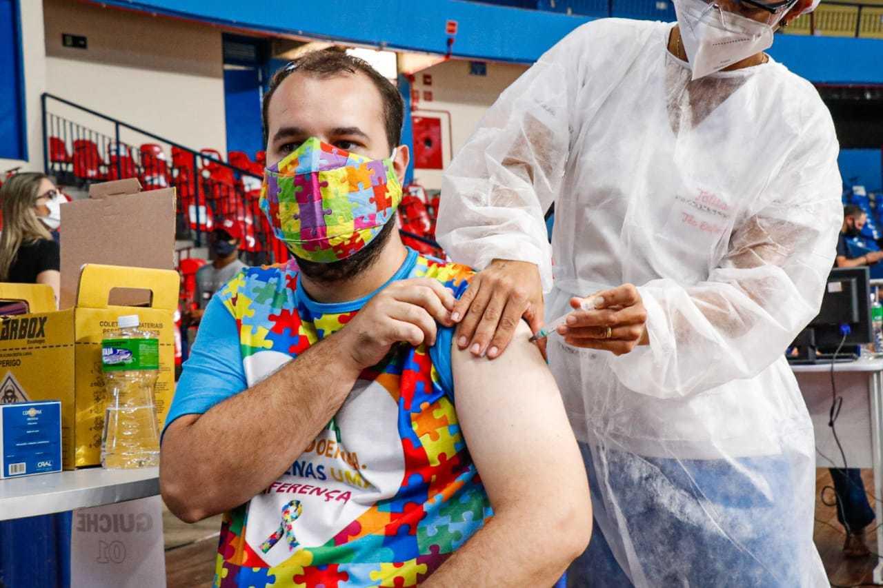 Felipe recebendo a primeira dose da vacina. Jovem não vê a hora de poder ir ao cinema. (Foto: Henrique Kawaminami)