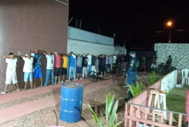 No local, 42 pessoas foram conduzidas à delegacia. (Foto: Rádio Caçula)