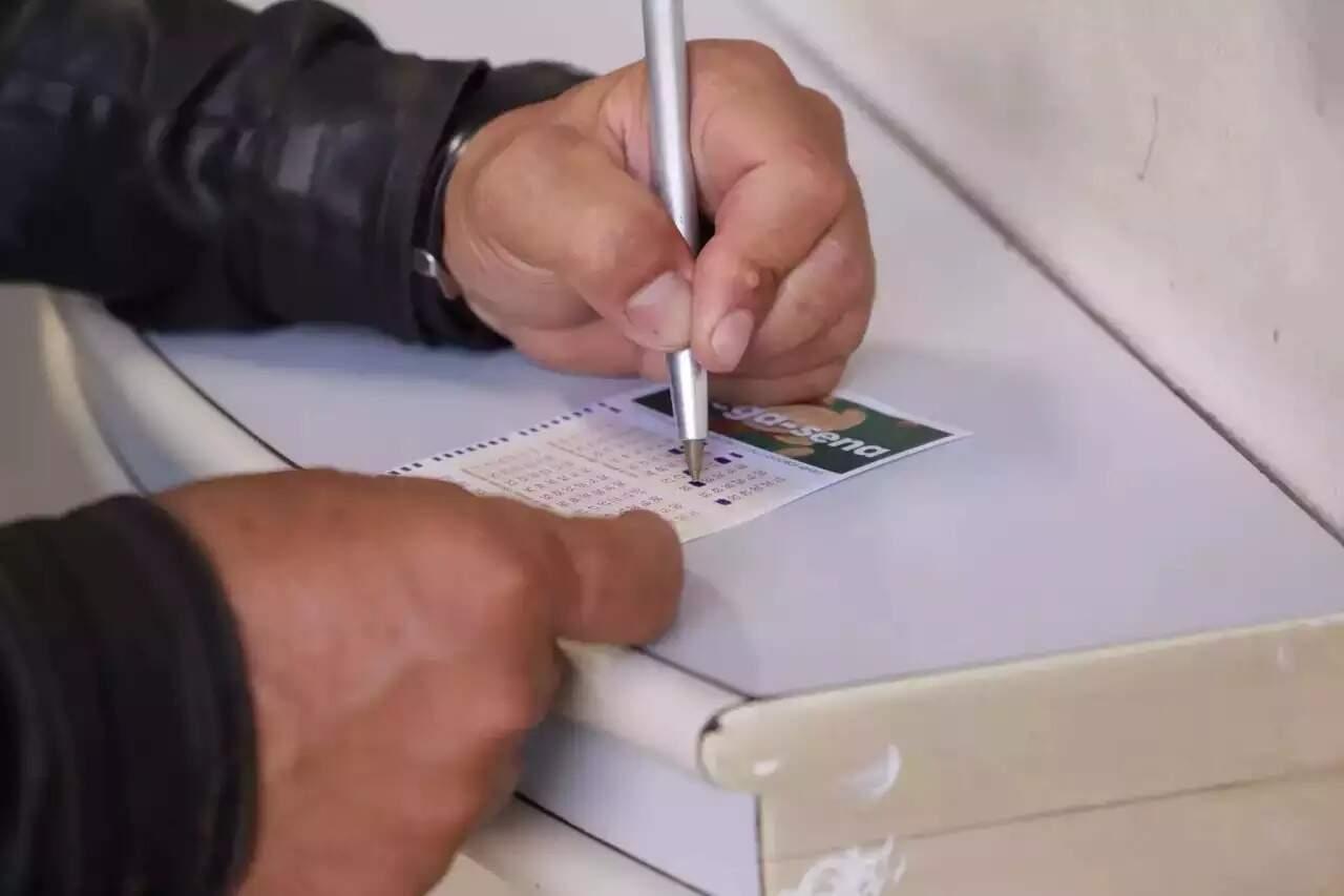 Bilhete para aposta na Mega-Sena é preenchido em lotérica na Capital Foto: Kísie Ainoã/Arquivo)