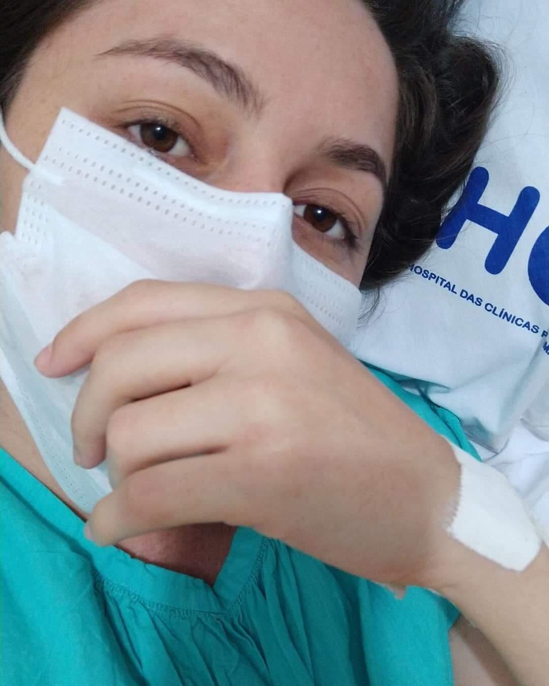 Amanda na espera da cirurgia para retirada do tumor e do ovário. (Foto: Arquivo Pessoal)
