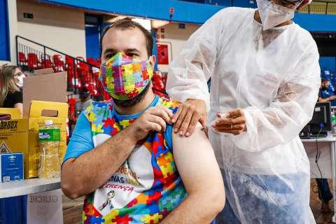 Incluídas na vacinação, pessoas com deficiência comemoram o início do alívio