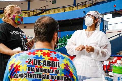 Vacinação de grupos especiais é feita no drive-thru e no Guanandizão
