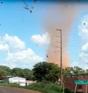 Em dia seco, motorista filma redemoinho de poeira no Indubrasil