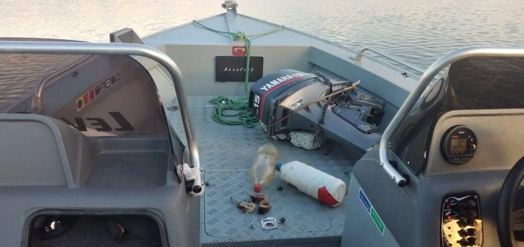 Barco, motor e petrechos foram apreendidos pela PMA. (Foto: Divulgação)