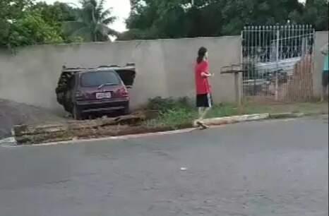 Motorista destruiu muro de residência após perder controle do veículo. (Foto: Direto das Ruas)