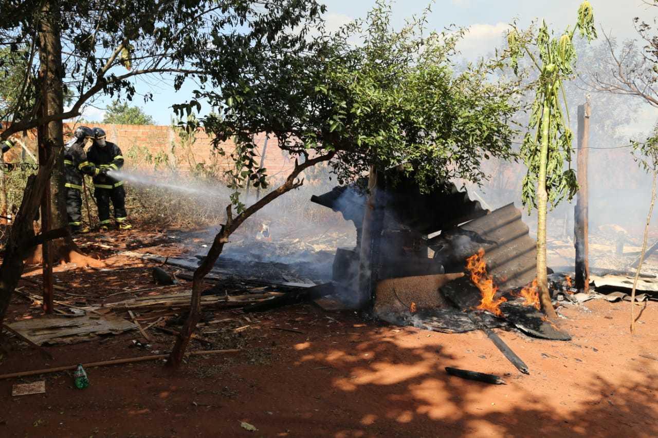 Bombeiros contendo fogo que iniciou em barraco na rua Barra da Corda. (Foto: Kísie Ainoã)