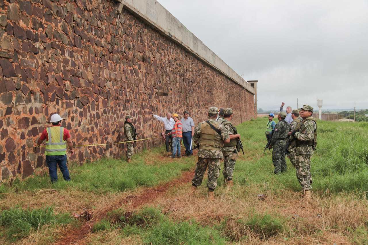 Túnel direcionou presos para terreno baldio na lateral de muralha de pedras do presídio. (Foto: Marcos Maluf)