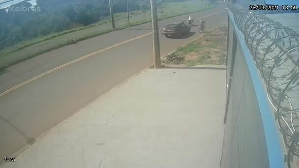 Motocicleta fica destruída e espalhada na pista. (Foto: Direto das Ruas)