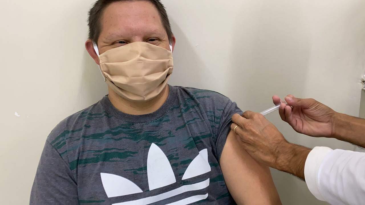 Juliano Varela tomou neste sábado a vacina contra a covid-19. (Foto: Caroline Merlo)