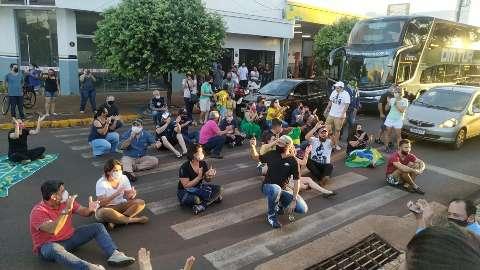 Liderados por dona de bordel, comerciantes protestam na casa de prefeito