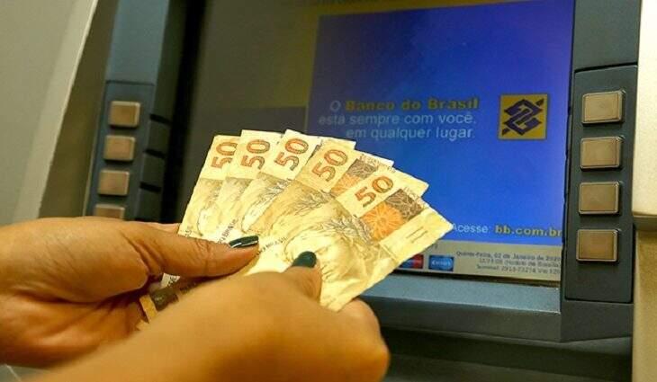 Dinheiro vai estar disponível para saque na conta dos servidores na quinta-feira, véspera de feriadão. (Foto: Divulgação)
